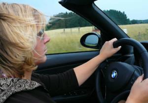 Frau fährt Auto - Autoversicherung Kosten