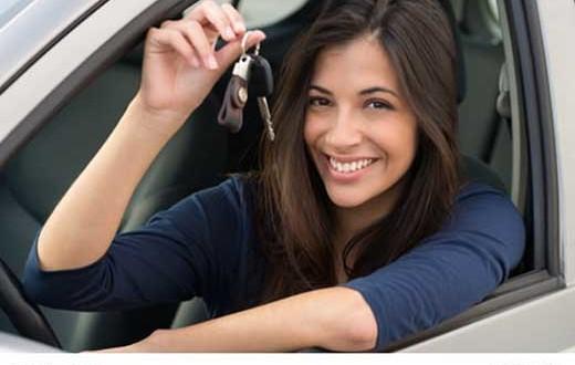 kfz versicherung Fahranfänger - autoschlüssel junge Frau