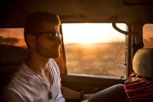 Mann fährt Auto - Autoversicherung Kosten