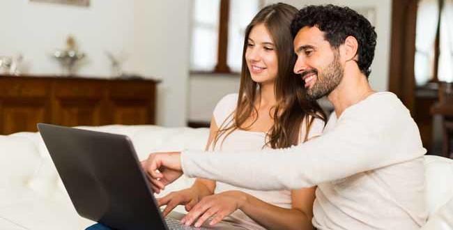 Kfz Versicherungsrechner - Paar am Laptop